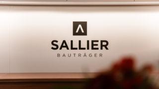 Sallier Bauträger Schriftzug an Wand im Büro in Lüneburg