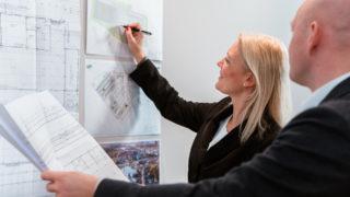 Sallier Bauträger Projektentwicklung zweier Mitarbeiter im Büro Handelsimmobilie