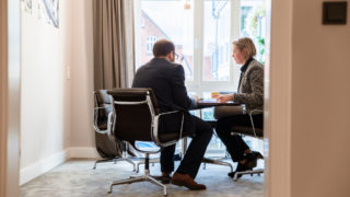 Sallier Bauträger zwei Mitarbeiter arbeiten an Verträgen Vertragsmanagement Immobilien